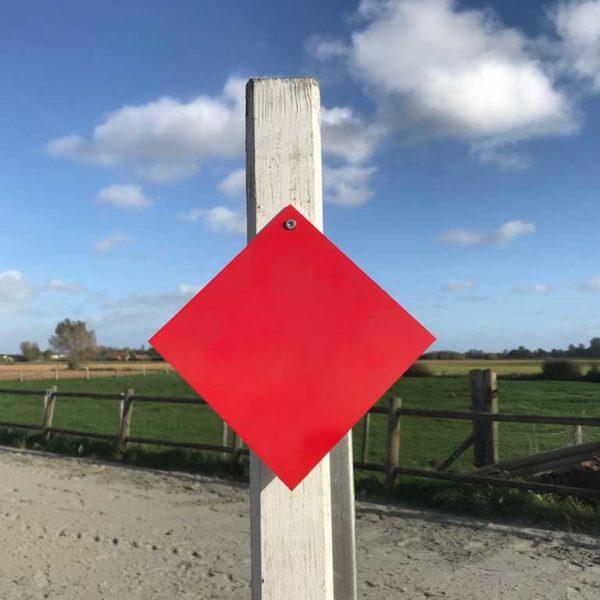 fanion rouge d'équitation carré