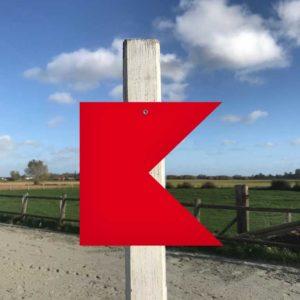 fanion rouge d'équitation découpé à la forme