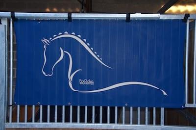 tenture de box toile de protection abrite et protège votre cheval fais bouclier contre les intempéries résiste à l'eau pour les grilles de box équestre bleu marine boxprotec