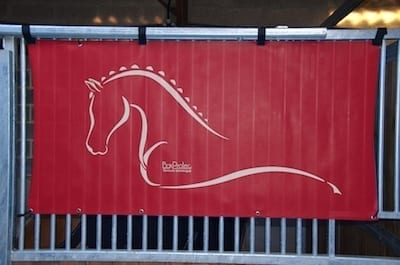 tenture de box toile de protection abrite et protège votre cheval fais bouclier contre les intempéries résiste à l'eau pour les grilles de box équestre rouge boxprotec