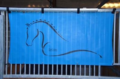 tenture de box toile de protection abrite et protège votre cheval fais bouclier contre les intempéries résiste à l'eau pour les grilles de box équestre bleu cyan boxprotec