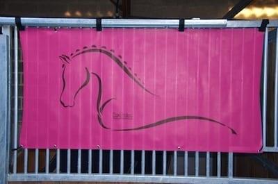 tenture de box toile de protection abrite et protège votre cheval fais bouclier contre les intempéries résiste à l'eau pour les grilles de box équestre rose boxprotec