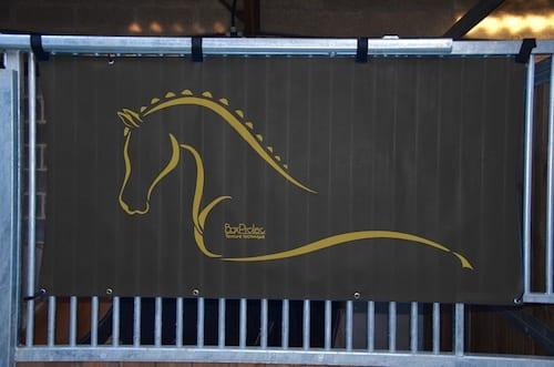 tenture de box toile de protection abrite et protège votre cheval fais bouclier contre les intempéries résiste à l'eau pour les grilles de box équestre noir boxprotec