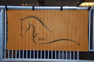 tenture de box toile de protection abrite et protège votre cheval fais bouclier contre les intempéries résiste à l'eau pour les grilles de box équestre orange boxprotec