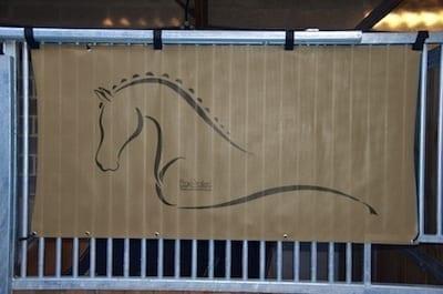 tenture de box toile de protection abrite et protège votre cheval fais bouclier contre les intempéries résiste à l'eau pour les grilles de box équestre taupe boxprotec