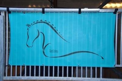 tenture de box toile de protection abrite et protège votre cheval fais bouclier contre les intempéries résiste à l'eau pour les grilles de box équestre bleu turquoise boxprotec