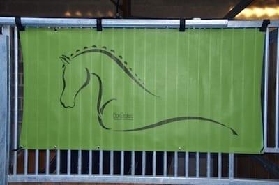 tenture de box toile de protection abrite et protège votre cheval fais bouclier contre les intempéries résiste à l'eau pour les grilles de box équestre vert pomme boxprotec