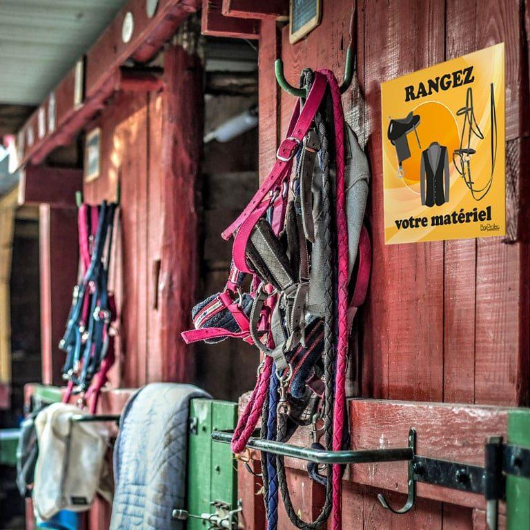 panneau rangez votre matériel d'équitation