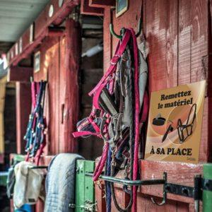 panneau remettre le matériel d'équitation à sa place