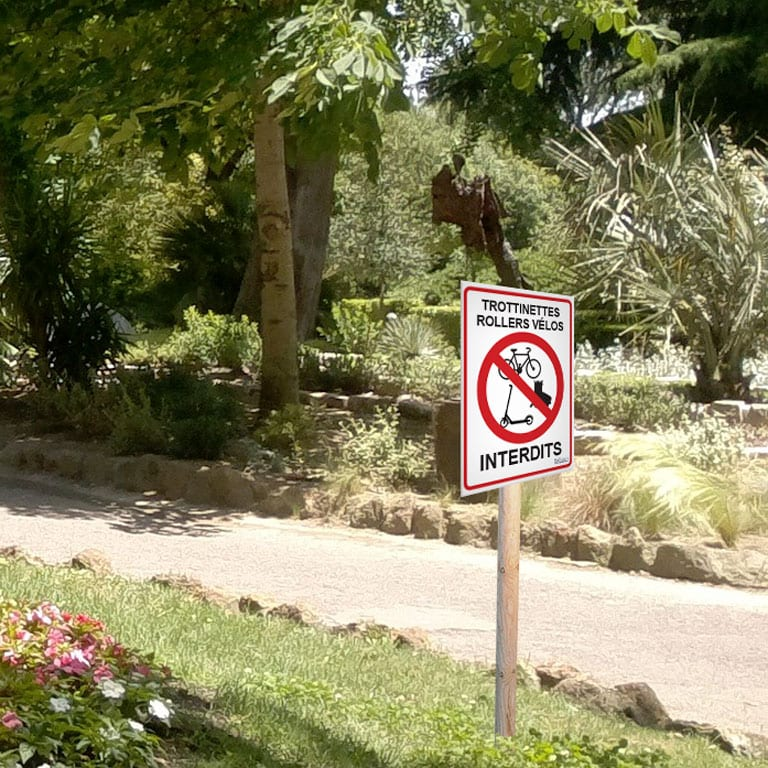 panneau interdiction de rouler en trottinettes, en rollers ou en vélos