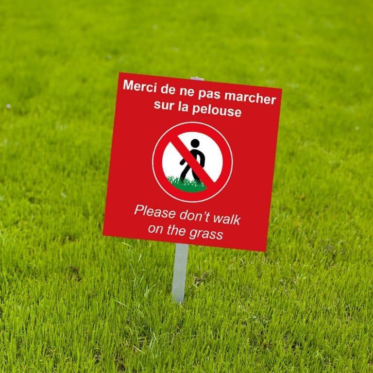 panneau fond rouge interdit personnalisé / don't walk on the grass / ne pas marcher sur la pelouse /interdiction