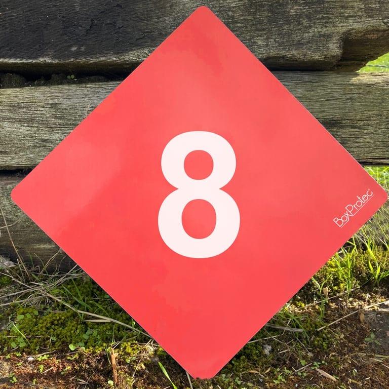 numéro de cross fond rouge
